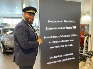 Le voiturier souhaite la bienvenue à la Vente VIP