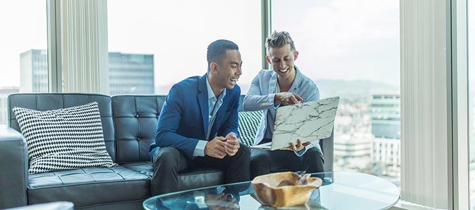 Deux commerciaux consultent un ordinateur