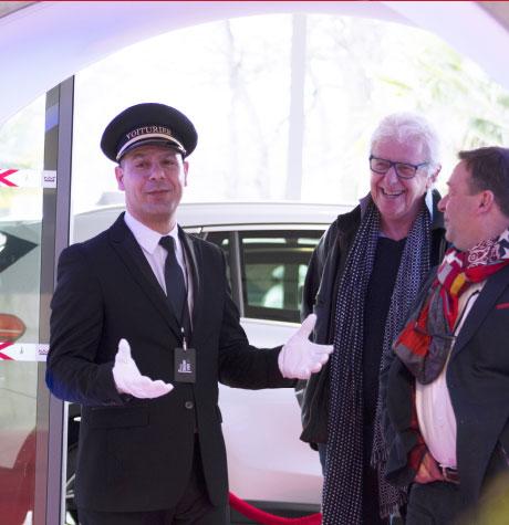Le coach UpYourBizz accueil des clients en concession