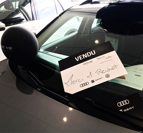 Affichette vendu apposée sur un véhicule
