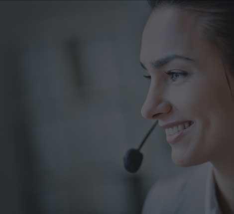 Une téléconseillère du centre d'appel en relation avec un prospect
