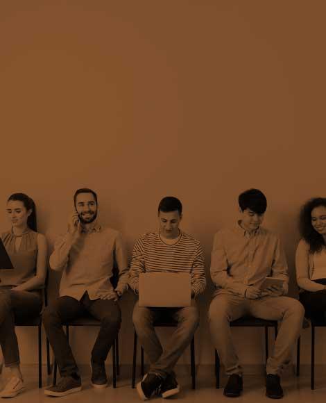 Des hommes et femmes assis préparant leur entretien d'embauche