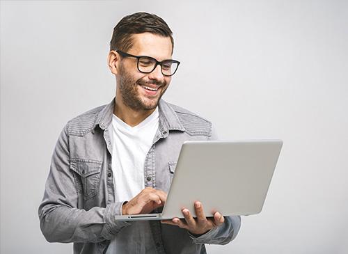Une personne contente de consulter son ordinateur