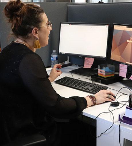 Une téléconseillère consulte les rendez-vous pris en call center