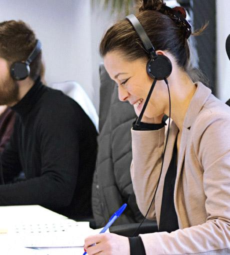 Des téléconseillers en contact téléphonique avec un client