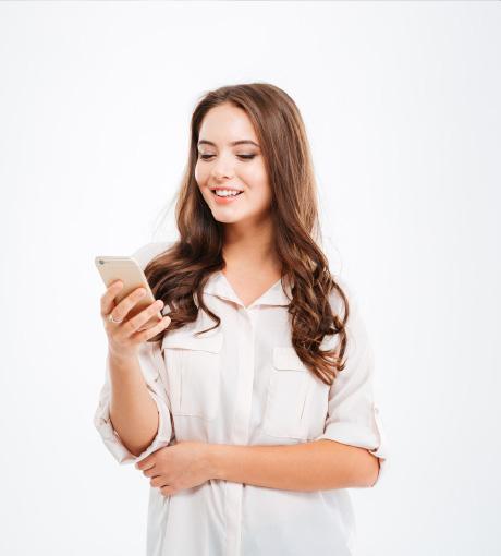 Une cliente reçoit un sms pour participer au visio-live