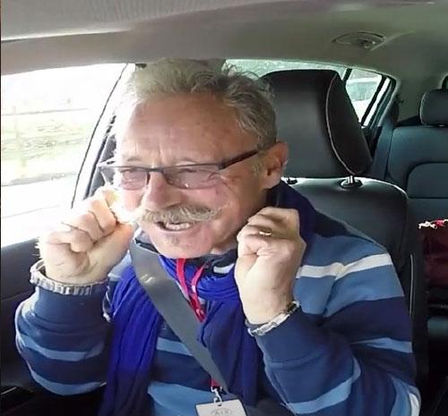 Un client excité d'essayer une voiture