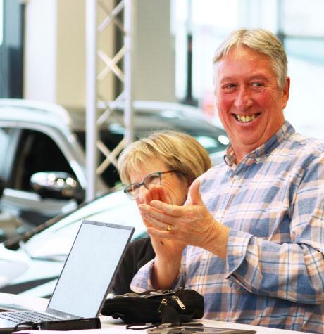 Un client applaudit pour son nouvel achat de voiture