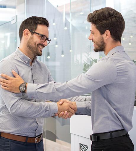 Un client et un vendeur se serre la main