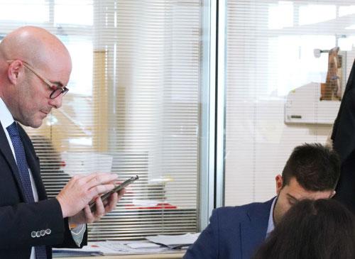 Un vendeur consulte ses statistiques de ventes sur l'application UpYourSoft de son téléphone