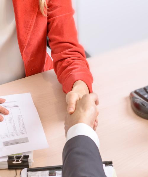 Un vendeur et un prospect valide une vente