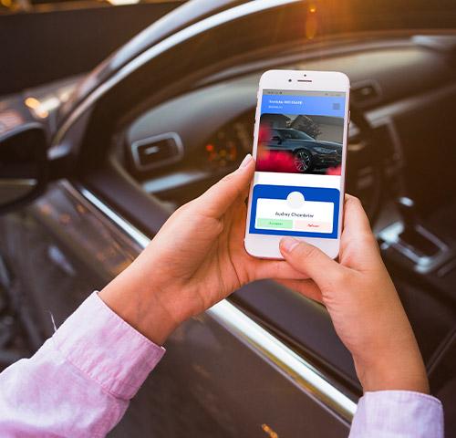 Un conseiller commercial reçoit une demande de visio sur son smartphone