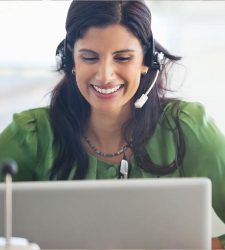 Une téléopératrice du standard externalisé adapte son discours au téléphone