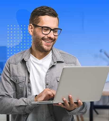 Un conseiller en ligne converse avec un prospect