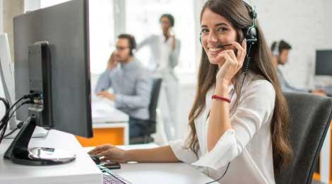 Une téléopératrice sourit pendant ses appels