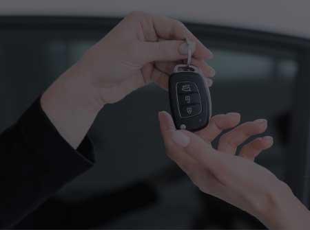 Une personne donne des clés de voiture
