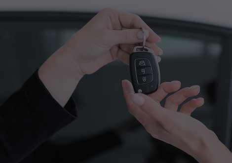 Remise de clé de voiture à un client