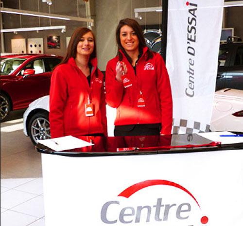 Deux hôtesse au stand d'accueil Centre d'Essai Driving