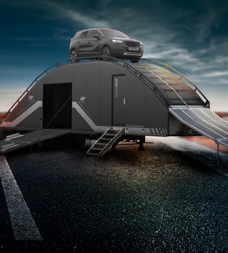 Un SUV sur le sommet panoramique à 5 mètres de hauteur du Centre d'Essai Expérience