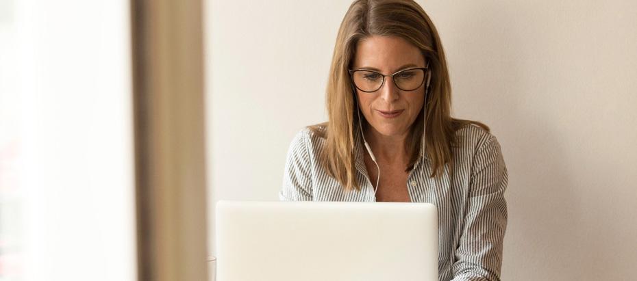 Une femme prépare un événement sur son PC