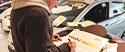 Aperçu image d'un client qui signe un panneau vendu lors d'une Vente Privée Coachée
