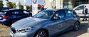 Aperçu image d'un couple heureux d'essayer un nouveau véhicule pendant un Centre d'Essai Driving organisé par la concession