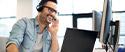 Un téléopérateur gérant un appel téléphonique