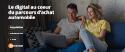 Un couple dans le canapé consulte leur ordianteur