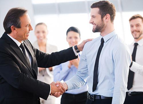 Un homme félicite un commercial pendant une formation