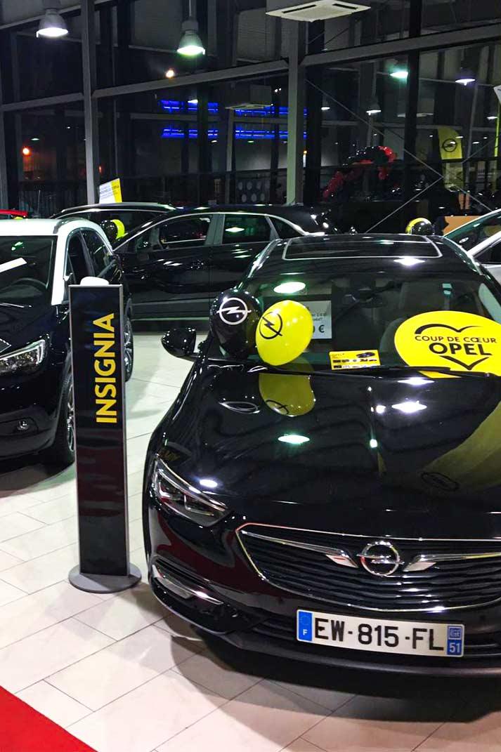 Les véhicules d'un showroom Opel décorés pour la Vente Privée