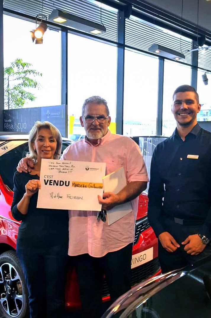 Un couple ayant acheté un véhicule de la marque Renault auprès d'un vendeur pendant une vente privée