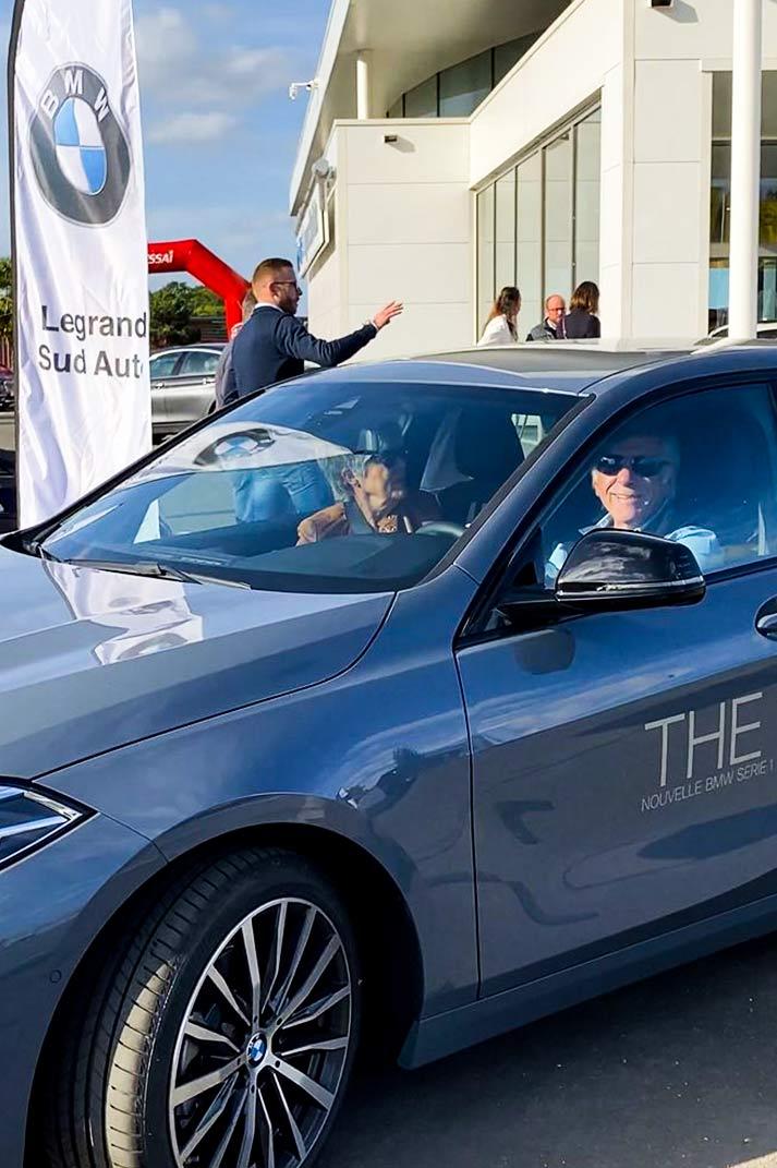 Un couple heureux d'essayer le nouveau modèle de véhicule d'une marque automobile