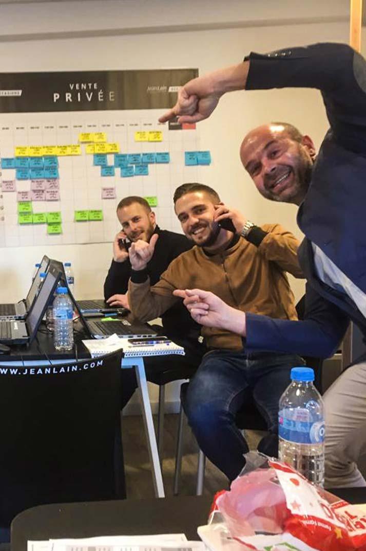 Des vendeurs joyeux en plein coaching téléphonique