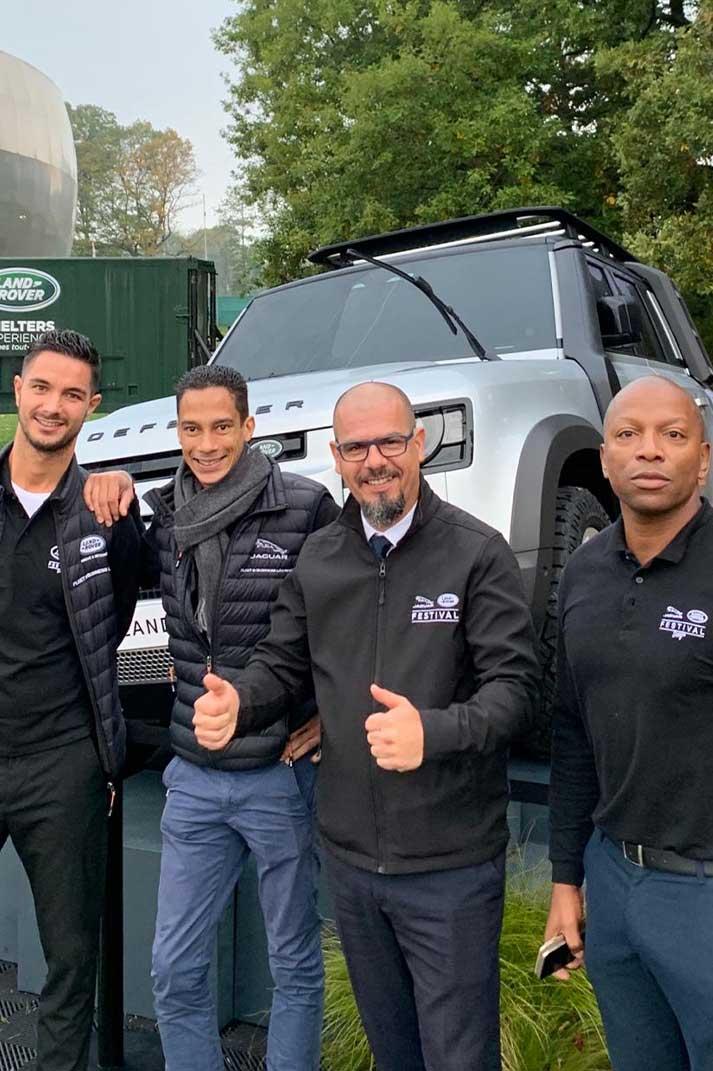 Un coach et des commerciaux à la concession Land Rover