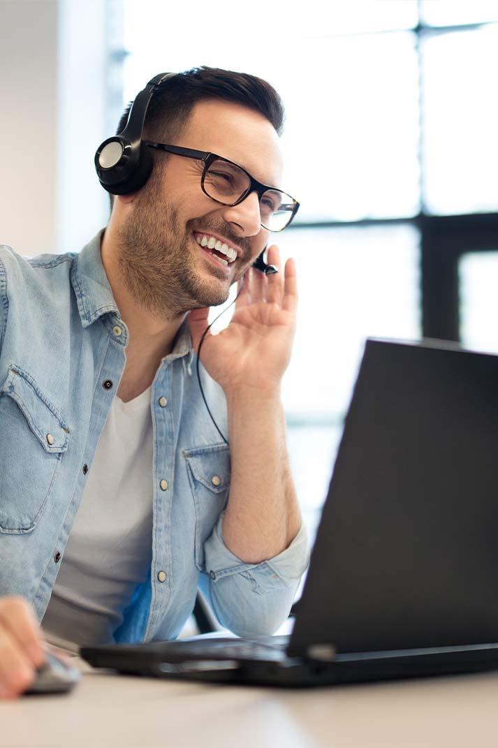 Un téléopérateur en pleine gestion d'appels téléphoniques