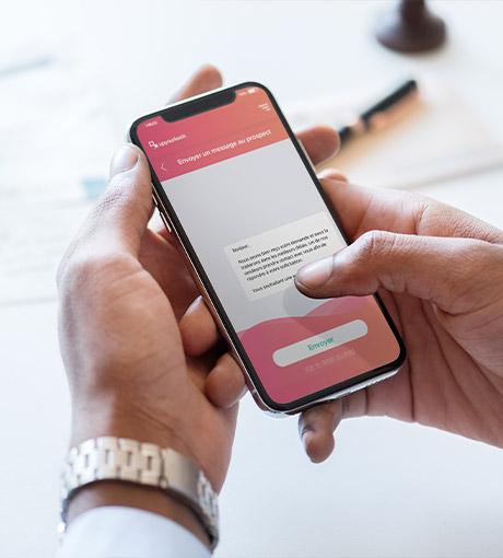 Un commercial envoie un message pré-rempli à un prospect via l'application UpYourLeads