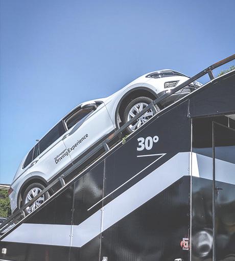 Un véhicule monte sur la pente à 30° du Centre d'Essai Expérience