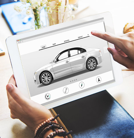 Une personne consulte des modèles de véhicule sur une tablette