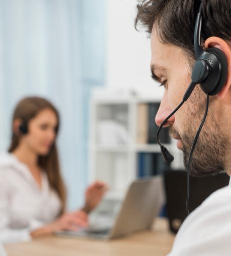 Un téléopérateur répondant aux appels