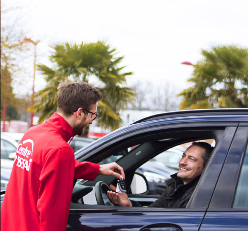 Un pilote remets les clés de voiture à un client