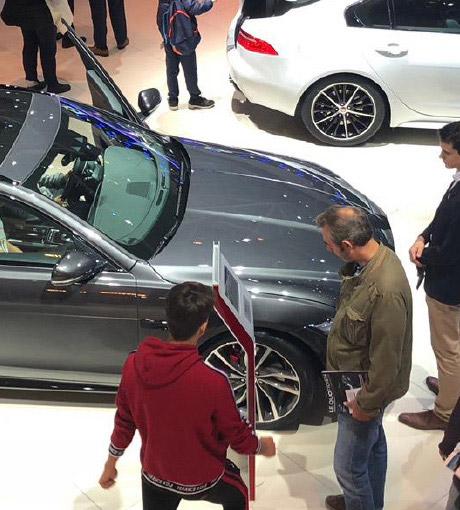 Des clients attendent d'avoir des renseignement sur un véhicule
