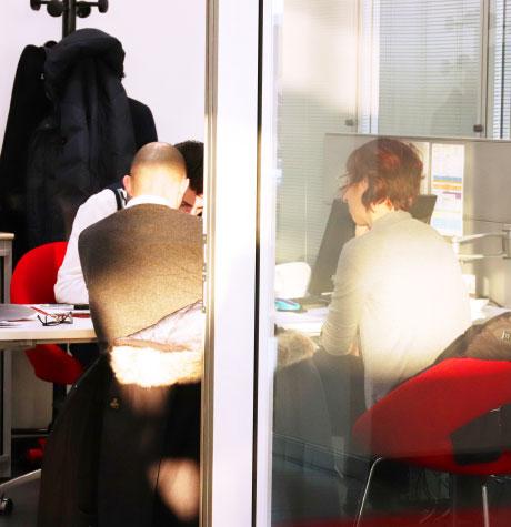 Rendez-vous client dans le bureau d'un vendeur en concession