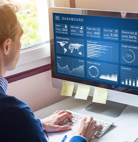 Un spécialiste en data évalue le fichier client d'une concession