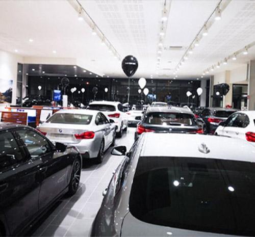 Showroom décoré pour les Black Friday Auto