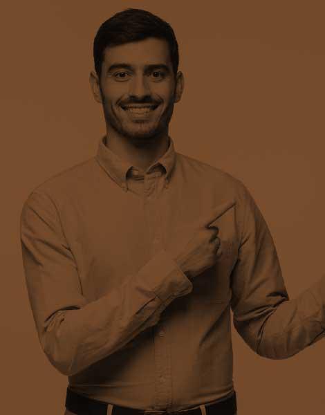 Un homme souriant qui pointe des doigts