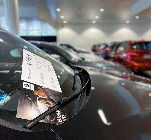 Sticker de prix apposé sur le pare-brise d'un véhicule
