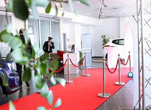 Ambiance Vente VIP dans le showroom d'une concession