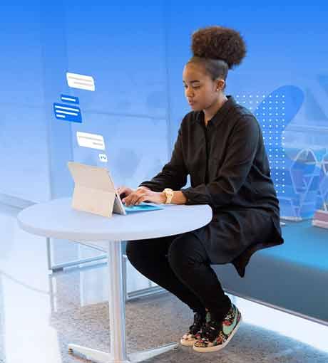 Une conseillère en ligne discute avec un prospect