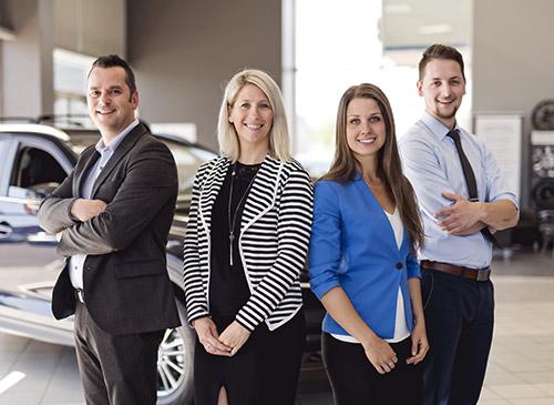 Une équipe commerciale dans une concession automobile
