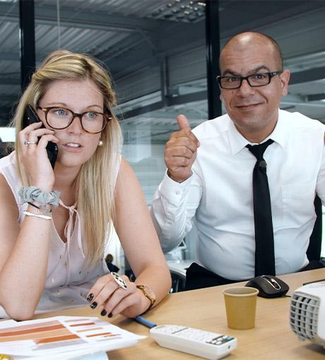 Un coach conseille une vendeuse à la prise de rendez-vous par téléphone